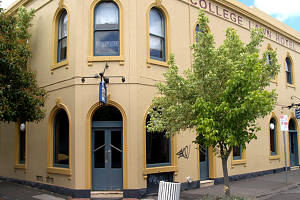 The College Lawn Hotel - Accommodation Whitsundays