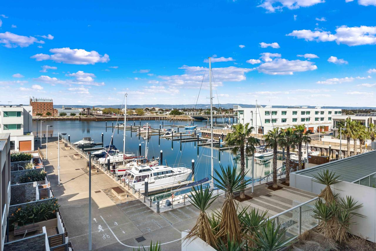 Port Adelaide Executive Waterfront Apartment - Accommodation Whitsundays